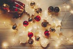Το επίπεδο Χριστουγέννων βρέθηκε κόκκινο παιχνίδι αυτοκινήτων με το χριστουγεννιάτικο δέντρο στην κορυφή και το s Στοκ Φωτογραφίες