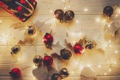 Το επίπεδο Χριστουγέννων βρέθηκε κόκκινο παιχνίδι αυτοκινήτων με το χριστουγεννιάτικο δέντρο στην κορυφή και το s Στοκ φωτογραφίες με δικαίωμα ελεύθερης χρήσης