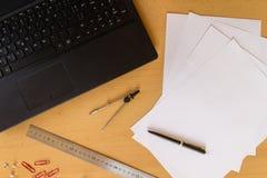 Το επίπεδο γραφείων βάζει τον επιχειρηματία εργασιακών χώρων στοκ εικόνες