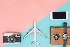 Το επίπεδο ταξιδιού βάζει το αντικείμενο στο μπλε και το ροζ στοκ εικόνα