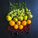 Το επίπεδο φρούτων και λαχανικών βάζει στο ξύλινο υπόβαθρο στοκ φωτογραφίες