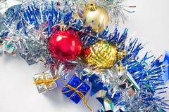 Το επίπεδο Χριστουγέννων βάζει τη σύνθεση στο άσπρο υπόβαθρο νέο έτος διακοσμήσεων Στοκ εικόνα με δικαίωμα ελεύθερης χρήσης