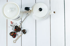 Το επίπεδο Teatime βρέθηκε Το τσάι χαλαρών φύλλων, infuser, το δοχείο τσαγιού και ο τρύγος μετακινούν με το κουτάλι την άποψη άνω Στοκ φωτογραφίες με δικαίωμα ελεύθερης χρήσης