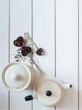 Το επίπεδο Teatime βρέθηκε Το τσάι χαλαρών φύλλων, infuser, το δοχείο τσαγιού και ο τρύγος μετακινούν με το κουτάλι την άποψη άνω Στοκ Εικόνες