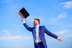 Το επίσημο κοστούμι επιχειρηματιών ακολουθεί το lap-top Έχει ένα όνειρο Εμπνευσμένος ο επιχειρηματίας επιχειρηματίας αισθάνεται τ στοκ φωτογραφίες με δικαίωμα ελεύθερης χρήσης