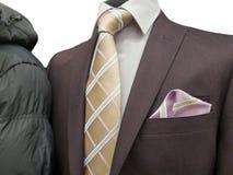 Το επίσημο κοστούμι και ένας κοινός χειμώνας ντύνουν σε μια έκθεση που απομονώνεται στο λευκό Στοκ Φωτογραφία