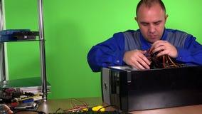 Το επαγγελματικό άτομο επιδιορθωτών υπολογιστών αντικαθιστά την παροχή ηλεκτρικού ρεύματος στον προσωπικό υπολογιστή γραφείου απόθεμα βίντεο
