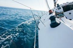 Το επαγγελματικό γιοτ ή sailboat φυλών κλίνει στην πλευρά Στοκ Φωτογραφίες