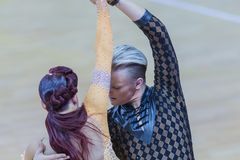 Το επαγγελματικό ζεύγος χορού εκτελεί το λατινοαμερικάνικο πρόγραμμα νεολαία-2 για το διεθνές WR φλυτζάνι χορού WDSF Στοκ Φωτογραφία