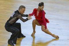 Το επαγγελματικό ζεύγος χορού εκτελεί το λατινοαμερικάνικο πρόγραμμα νεολαία-2 για το διεθνές WR φλυτζάνι χορού WDSF Στοκ Φωτογραφίες