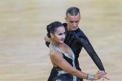 Το επαγγελματικό ζεύγος χορού εκτελεί το λατινοαμερικάνικο πρόγραμμα νεολαία-2 για το διεθνές WR φλυτζάνι χορού WDSF Στοκ φωτογραφίες με δικαίωμα ελεύθερης χρήσης