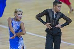 Το επαγγελματικό ζεύγος χορού εκτελεί το λατινοαμερικάνικο πρόγραμμα νεολαία-2 για το διεθνές WR φλυτζάνι χορού WDSF Στοκ Εικόνα