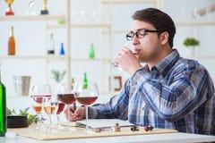Το επαγγελματικό πιό sommelier δοκιμάζοντας κόκκινο κρασί Στοκ Εικόνα