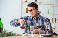 Το επαγγελματικό πιό sommelier δοκιμάζοντας κόκκινο κρασί Στοκ Φωτογραφίες