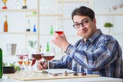 Το επαγγελματικό πιό sommelier δοκιμάζοντας κόκκινο κρασί Στοκ Εικόνες