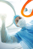 Το επαγγελματικό anesthesiologist εξυπηρετεί τον ασθενή Στοκ φωτογραφίες με δικαίωμα ελεύθερης χρήσης