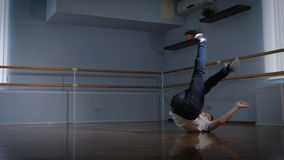 Το επαγγελματικό breakdancer εκτελεί τη σύνθετη άσκηση χορού στο πάτωμα του στούντιο χορού Νέα περιστροφή αγοριών απόθεμα βίντεο