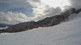 Το επαγγελματικό snowboarder γλιστρά κάτω από το γρήγορο, όμορφο χιονώδες τοπίο βουνοπλαγιών πολύ, ακραίος χειμερινός αθλητισμός απόθεμα βίντεο