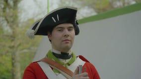 Το επαναστατικό βρετανικό στράτευμα πολεμικής εποχής εξετάζει τη κάμερα απόθεμα βίντεο