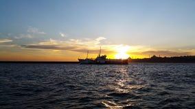 Το επιβατηγό πλοίο κινείται στον απόμακρο στο σούρουπο στοκ εικόνα