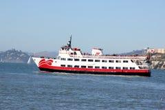 Το επιβατηγό πλοίο Zalophus του κόκκινου και άσπρου στόλου, ικανότητα 600 επιβατών για τη θέα που βλέπουν, δύο κάλυψε τις γέφυρες Στοκ Φωτογραφίες