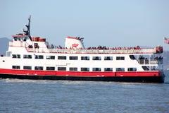Το επιβατηγό πλοίο Zalophus του κόκκινου και άσπρου στόλου, ικανότητα 600 επιβατών για τη θέα που βλέπουν, δύο κάλυψε τις γέφυρες Στοκ φωτογραφία με δικαίωμα ελεύθερης χρήσης