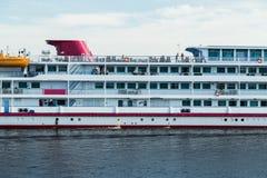 Το επιβατηγό πλοίο είναι σε έναν ποταμό Στοκ Φωτογραφία