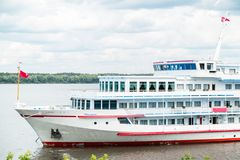 Το επιβατηγό πλοίο είναι σε έναν ποταμό Στοκ Φωτογραφίες
