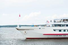 Το επιβατηγό πλοίο είναι σε έναν ποταμό Στοκ Εικόνες