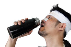 Το επιδεμένο άτομο πίνει ένα μπουκάλι νερό που απομονώνεται στοκ εικόνες με δικαίωμα ελεύθερης χρήσης