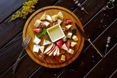 Το επιδόρπιο λαχανικών ζυμαρικών λαχανικών πιάτων λιχουδιών κρέατος τροφίμων πίνει το κοκτέιλ στοκ φωτογραφία