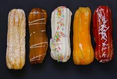 Το επιδόρπιο συσσωματώνει τα γλυκά eclairs Στοκ Εικόνες