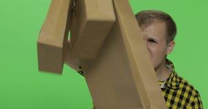 Το επιθετικό άτομο με τις αγορές τοποθετεί αρχισμένο να φωνάξει σε σάκκο δυνατά E απόθεμα βίντεο
