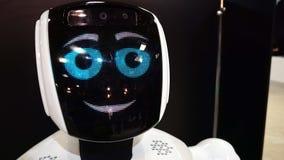 Το επικεφαλής πορτρέτο κινηματογραφήσεων σε πρώτο πλάνο ρομπότ, αρρενωπό χαμόγελο σε μια κάμερα απόθεμα βίντεο