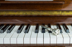 το επιστόμιο σαλπίγγων επάνω στα κλειδιά πιάνων, κλείνει επάνω Στοκ Εικόνα