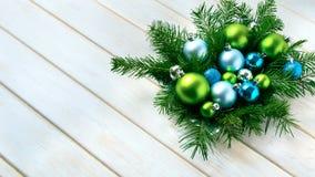 Το επιτραπέζιο κεντρικό τεμάχιο γευμάτων Χριστουγέννων με το μπλε ακτινοβολεί διακοσμήσεις Στοκ Εικόνες