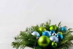 Το επιτραπέζιο κεντρικό τεμάχιο Χριστουγέννων με ανοικτό μπλε, ακτινοβολεί και πράσινο ο Στοκ Εικόνες