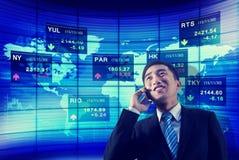 Το επιχειρηματικό πεδίο χρηματιστηρίου παγκόσμιο αναλύει την τηλεφωνική έννοια συζήτησης Στοκ Φωτογραφία