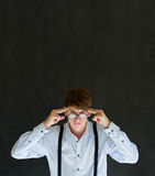 Το άτομο σκέφτεται ή σκεπτόμενος σκληρά με τα γυαλιά Στοκ Φωτογραφία