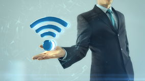 Το επιχειρησιακό άτομο έχει σε διαθεσιμότητα το σύμβολο δικτύων wifi απόθεμα βίντεο