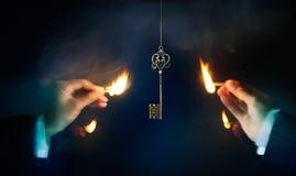 Το επιχειρησιακό άτομο ανάβει το φως μια πυρκαγιά βρίσκοντας μια βασική επιτυχία, επιχειρησιακή έννοια Στοκ Εικόνες
