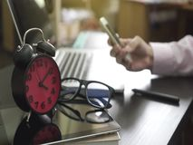 Το επιχειρησιακό άτομο γραφείων χρησιμοποιεί το τηλέφωνό του για να έρθει σε επαφή με τις επαφές του φιλμ μικρού μήκους