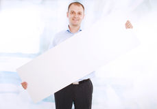 το επιχειρησιακό άτομο εμβλημάτων παρουσιάζει το λευκό χαμόγελου Στοκ Φωτογραφία