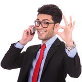 Το επιχειρησιακό άτομο εμφανίζει εντάξει σημάδι στο τηλέφωνο στοκ φωτογραφία με δικαίωμα ελεύθερης χρήσης