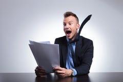 Το επιχειρησιακό άτομο διαβάζει τα έκτακτα γεγονότα Στοκ φωτογραφία με δικαίωμα ελεύθερης χρήσης