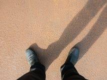Το επιχειρησιακό άτομο κοιτάζει κάτω στο πάτωμα, πλήρες της σκουριάς Στοκ φωτογραφία με δικαίωμα ελεύθερης χρήσης