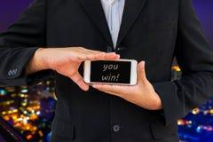Το επιχειρησιακό άτομο παρουσιάζει έξυπνο τηλέφωνο στη λέξη Στοκ φωτογραφίες με δικαίωμα ελεύθερης χρήσης