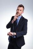 Το επιχειρησιακό άτομο σκέφτεται για το χρόνο Στοκ εικόνες με δικαίωμα ελεύθερης χρήσης