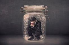Το επιχειρησιακό άτομο συνέλαβε στο βάζο γυαλιού με συρμένα τα χέρι εικονίδια γ μέσων Στοκ εικόνες με δικαίωμα ελεύθερης χρήσης