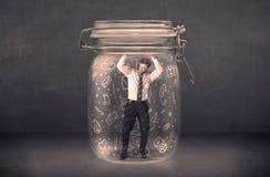 Το επιχειρησιακό άτομο συνέλαβε στο βάζο γυαλιού με συρμένα τα χέρι εικονίδια γ μέσων Στοκ Φωτογραφίες